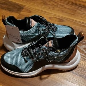 💟 NWT Women's mint colored athletic shoes size 9